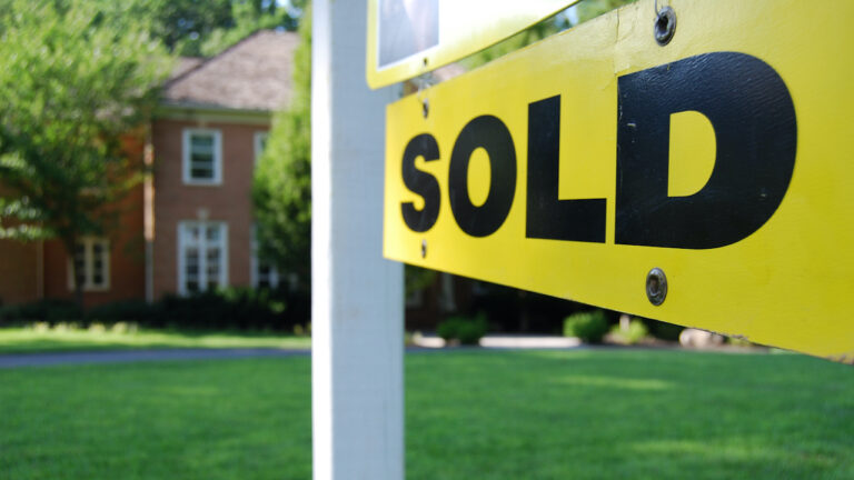 Report: Homes selling faster, remain at summer peak prices
